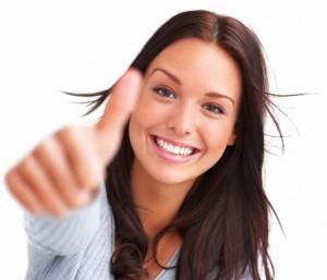 mujer-sonriente-feliz-con-buena-actitud-pulgar-arriba